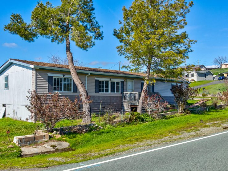 Remodeled 3 bedroom, 2 bath Spacious Unit with Two Living Room Spaces